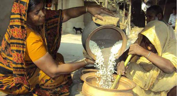 রমজান ঘিরে মুড়ি পল্লীতে মুড়ি ভাজার ধুম