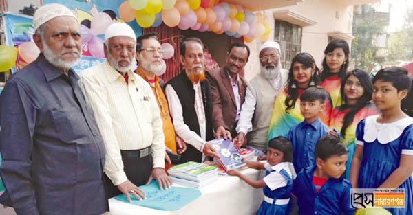 গোদনাইলে ছাত্রছাত্রীদের হাতে নতুন বই তুলে দিলেন মুক্তিযোদ্ধারা