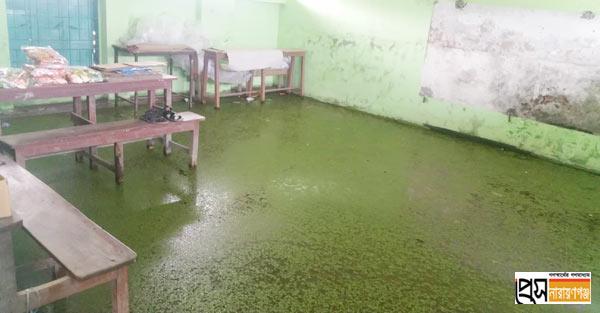 সরকারি বিদ্যালয়ের ১২টি শ্রেণিকক্ষের ৩টিই পানির নিচে