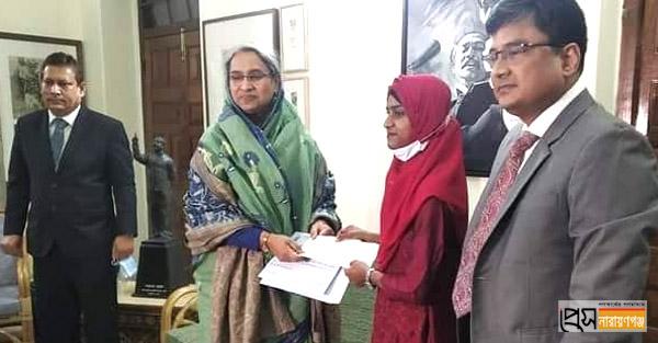 'দেশসেরা' তোলারাম কলেজ ছাত্রীকে পুরস্কৃত করলেন শিক্ষামন্ত্রী
